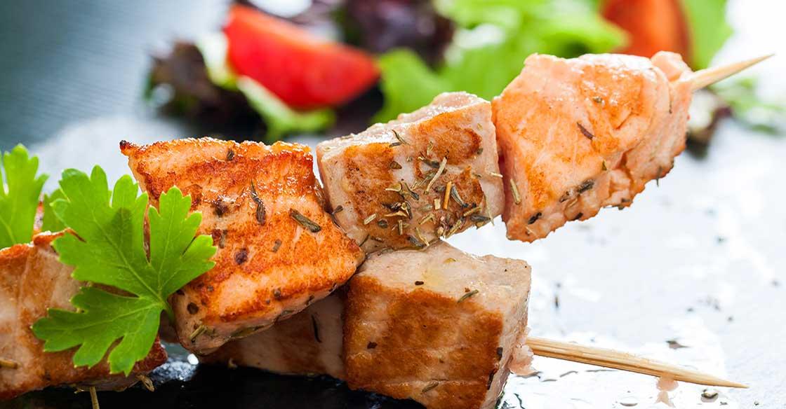 Recette minceur brochettes de saumon et salade multicolore